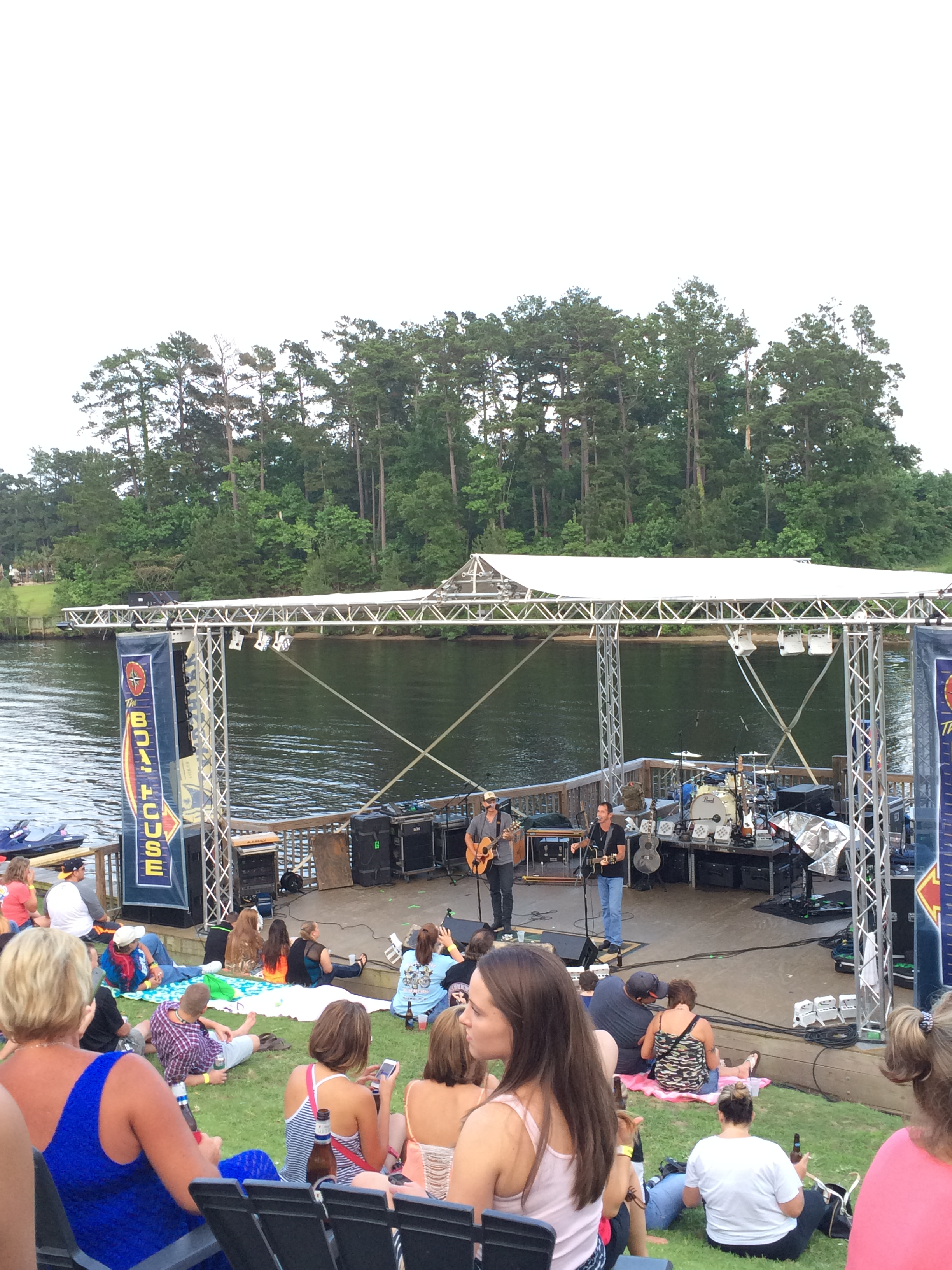 Before Joe Diffie took the Boathouse stage an opening band covered some current Top 40 country songs..