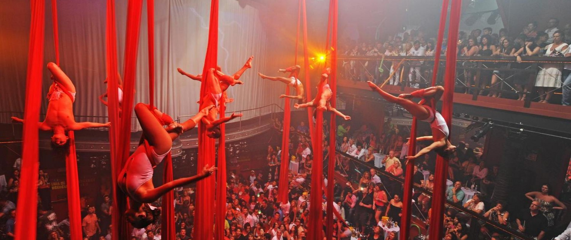 Coco Bongo had Cirque du Soleil type performers who would do their thing right in the middle of everything.